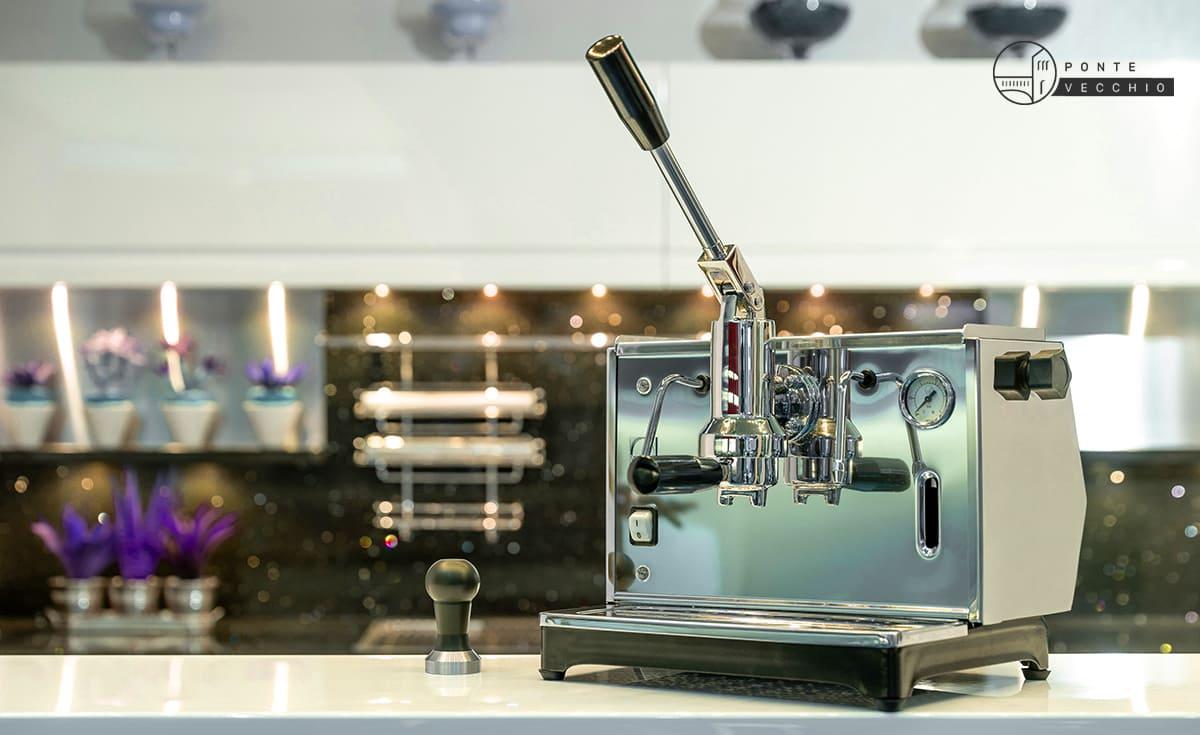 macchina da caffè a leva in cucina