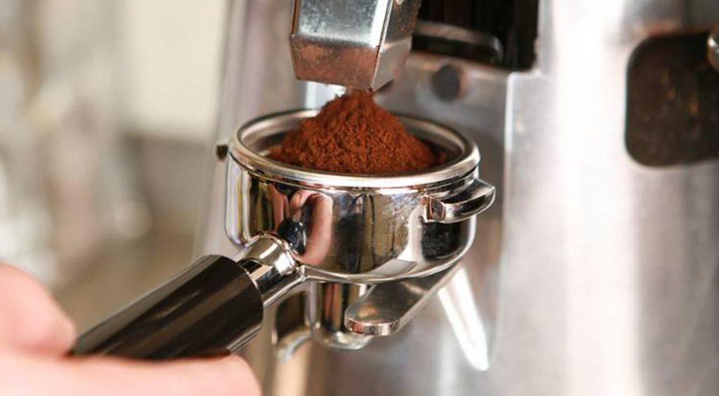 la quantità giusta di caffè per la macchina a leva