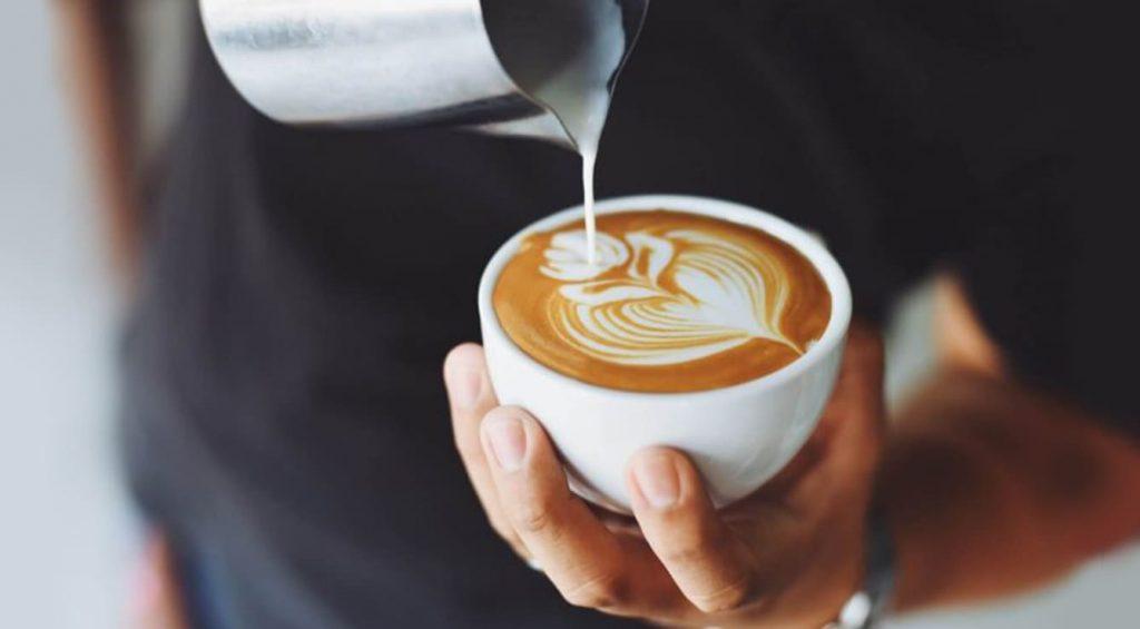 cappuccino con la macchina da caffè a leva