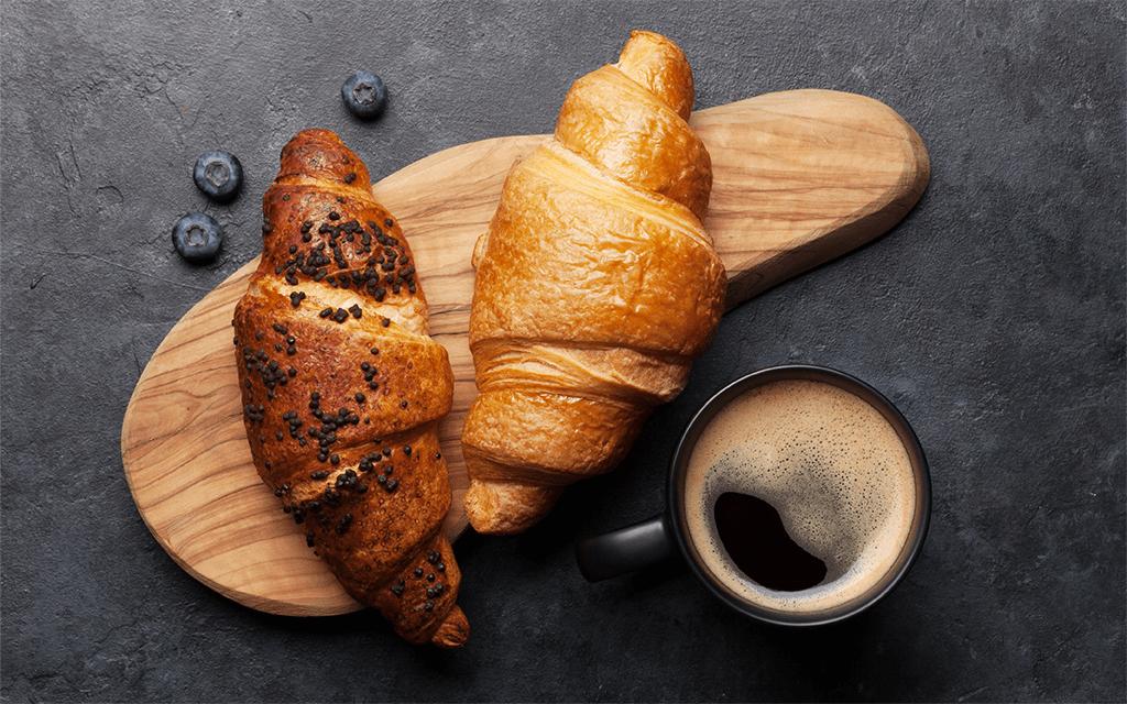 caffè espresso con croissant colazione italiana