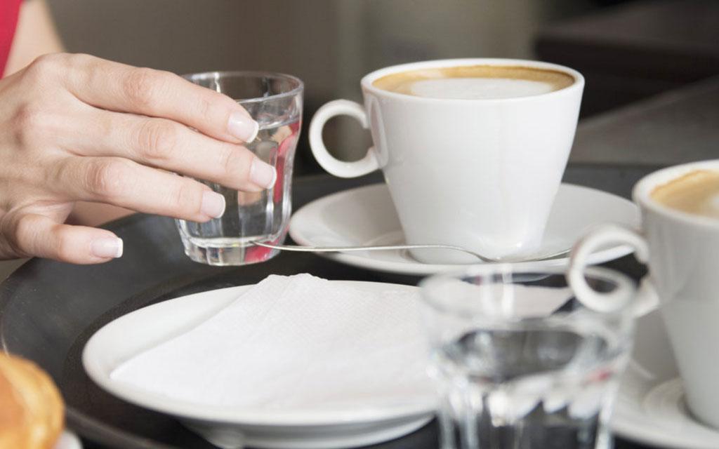 acqua si beve dopo il caffè