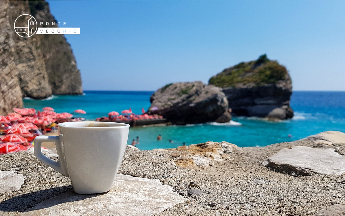 The most beautiful photos where coffee and the sea are protagonists