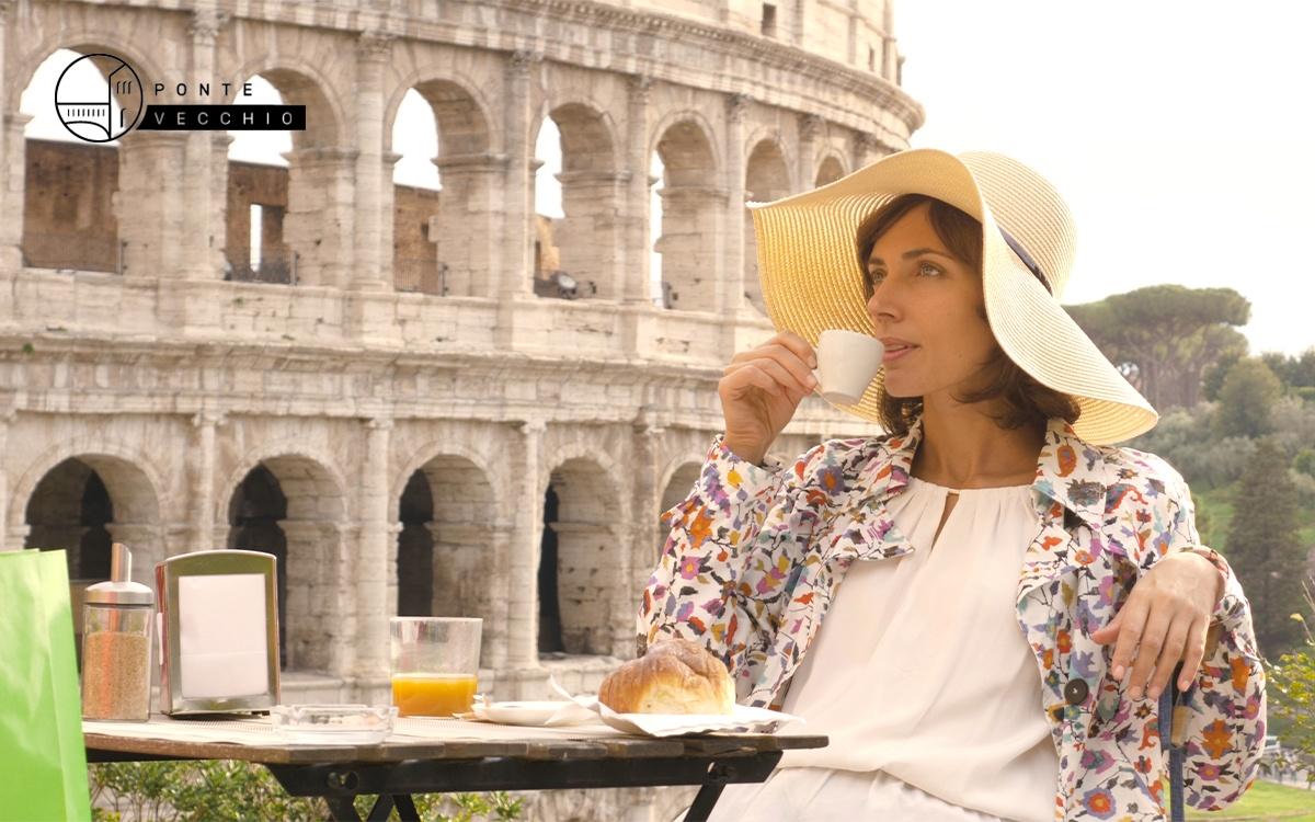 bere caffè italiano davanti al Colosseo di Roma