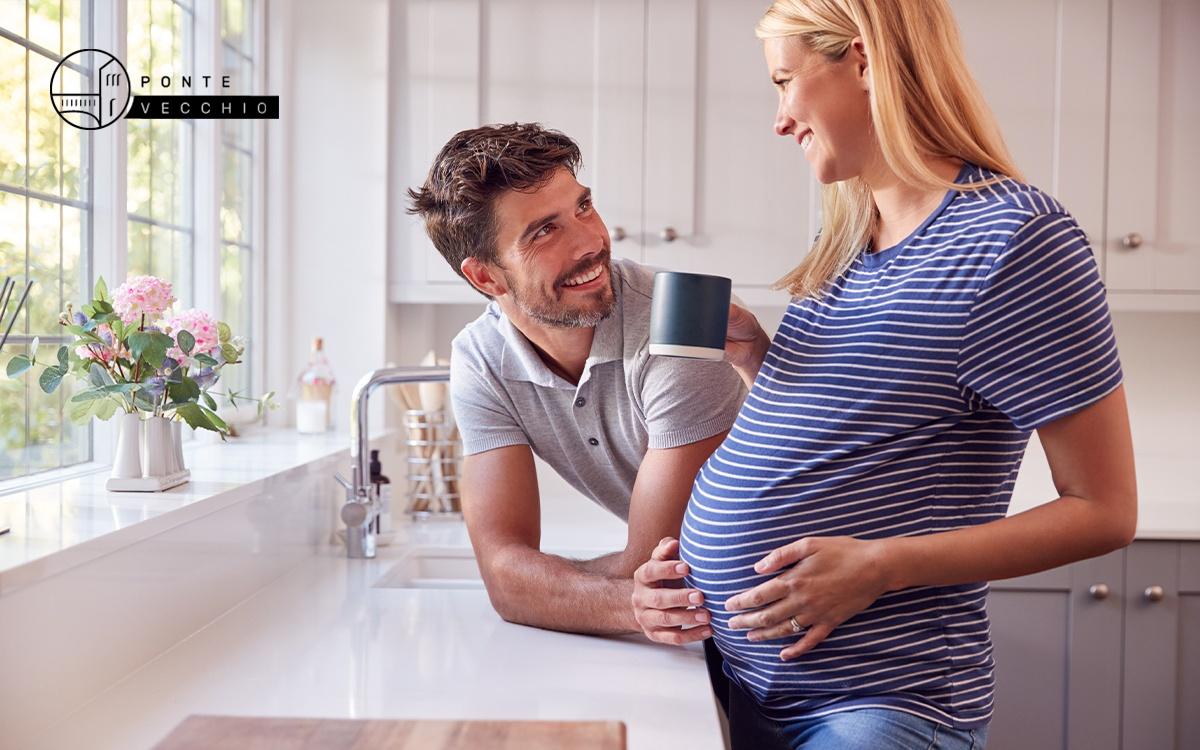 donna incinta che beve un caffè
