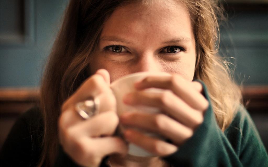 ragazza felice di bere un caffè